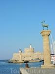 Знаменитые олени, установленные на том месте, где предположительно находилась статуя Колосса Родосского