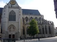 Левен.  Справа видна  часть  здания  церкви церкви  Святого  Петра,фото  этого вида  полностью есть выше.