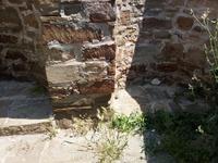 Генуэзская крепость. На стене красным битым кирпичём выложена граница между исконными камнями и добавленными при реставрации.