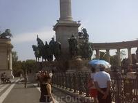 На Площади Героев. Группа скульптур в основании колонны.