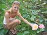 По дороге на озеро выращивают лотосы.