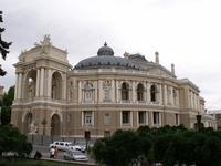 А это знаменитый Оперный театр, говорят скоро в катакомбы ссыпется, а жаль