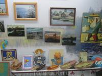 Картины, фотографии, поделки, подаренные авторами музею.