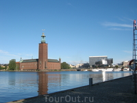 вид на ратушу с другого берега