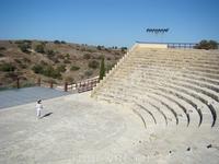 Античный амфитеатр древнего Куриона, с зрительских рядов открывается великолепный вид на море.