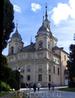 Придворная церковь монархов Real Colegiata de la Santísima Trinidad вплотную примыкает к королевскому дворцу.