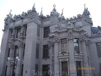 Знаменитый дом с химерами- сейчас президентская летняя резиденция.