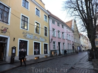 Домики старой части города похожи на кукольные