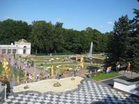 Вид от площадки между Большом каскадом и дворцом. Современный облик каскада складывался более ста лет, но замысел его композиции принадлежал Петру I.