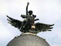 Вблизи оказалось, что это совсем не ангел. Как показали дальнейшие исследования, есть серия таких зданий, в Мадриде штук 6 и вот это в Вальядолиде. Скульптура ...