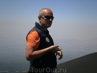 Гид-итальянец увлеченно рассказывает о вулкане.