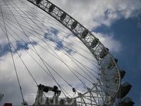 Строительство колеса финансировала компания &quotBritish Airlways&quot. С высоты 135 метров (приблизительно 45 этажей) открывается вид практически на весь город. Кабинки совершают полный оборот за пол
