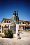 У дворца первого Президента Республики Кипр архиепископа Макариоса.
