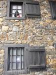 На входе в Замок Хаус Форст,окна прислуги.