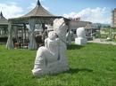 скульптуры на набережной реки Терек