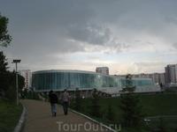 Вид на конгресс-холл от памятника
