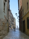 Узкие улочки, фонарики и дома, частично средневековые, частично античные.