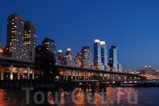 Вид на ночной Нью-Йорк со старой пристани.