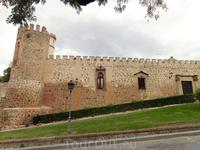 Недалеко от монастырской площади расположен дворец Palacio de la Cava (14 век), напоминающий небольшую крепость.