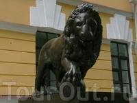 Эти львы (на самом деле их 2) охраняют вход в музей (находиться в кремлевском парке, в центре Великого Новгорода) Любимое фото туристов-верхом на льве ...