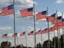 50 флагов окружают основание мемориала и символизируют 50 штатов