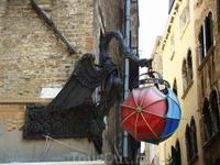 Фонари в Венеции очень необычные!!