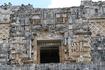 Фасад последнего пятого храма на пирамиде Предсказателя представляет собой маску Чака (бога дождя) с глазами и усами. Зубастый рот образует вход.