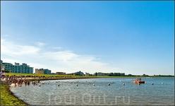 От маяка мы повернули вправо,Курортная зона: уже знакомые пейзажи с пляжными корзинками. Здесь купаться разрешено.