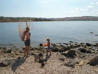 2001год,сентябрь,на пляже пос.Юркино, Ловим креветок,пансионат ДЕАЗ