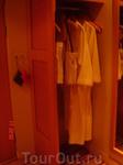 это коридорчик в отельном номере: в  шкафу халатики и сумочки для похода в водный центр.