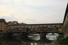 Понто Веккье - золотой мост через реку Арно, до сих пор на нем продают только золотые украшения, очень красивые...