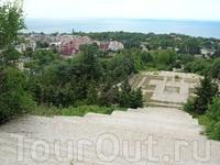 На самом верху. Панорамы с этого памятника - потрясающие!!! Хорошо ещё болгары не догадались за них деньги брать!