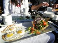 Тель-Авив.  А это стандартный завтрак на одного человека!) Довольно большие порции
