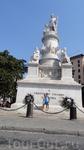 Памятник Христофору Колумбу. Находится справа от отеля Continental