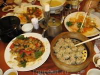 Настоящий китайский обед. Сразу признаюсь- все съесть мы не смогли,новые  блюда все подносили и подносили....