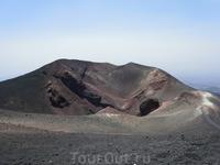 Один из боковых кратеров Этны.