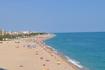 Пляж протянулся на несколько километров.