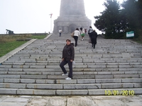 До памятника 140 ступеней.