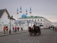 Территория казанского Кремля. Вдали - минареты мечети Кул-Шариф.