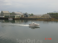 Сволвар - городок прежде всего рыбацкий. На зднем плане видны штативы для сушки трески. Это одна из важнейших статей экспорта страны.