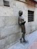 Девушка-студентка на Calle del Pez, возле университета Мадрида засыпает прямо на ходу. Табличка сообщает, что скульптура была установлена в апреле 2003 ...