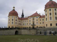 Замок посреди озера. Вблизи похож на декорацию.