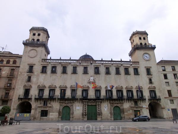 Это прямоугольное по форме здание с симметричным главным фасадом, фланкированным двумя башнями, через которые осуществляется проход с площади Муниципалитета на площадь Святого лика. Фасад здания завершается балюстрадой, за которой можно видеть купол над ...