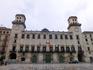Это прямоугольное по форме здание с симметричным главным фасадом, фланкированным двумя башнями, через которые осуществляется проход с площади Муниципалитета ...