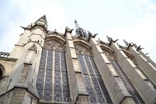часовня Сент-Шапель (Sainte Chapelle) Сент-Шапель интересна не только внутри, но и снаружи. Eе изящный шпиль поднимается на высоту 33 метра, а на крыше ...