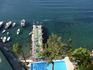 Вид на мостик и бассейн с террасы отеля.