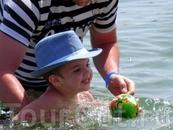сын с папой учатся купаться