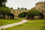 Весь стары город Родоса окружен четырех километровой средневековой Городской стеной  Этот крепостной ров должен был заполняться водой.