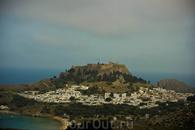 г. Линдос и Акрополь  В Акрополе стоят краны: дорогостоящая реставрация идет даже в кризис.