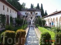 На территории дворцового ансамбля Альгамбра в Гранаде.